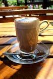 Vers gediende cacao met schuim in duidelijke kop op een warme zonnige dag stock afbeeldingen