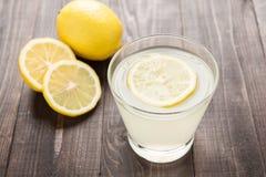 Vers gedrukt citroensap in glas stock foto's