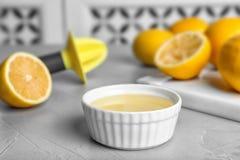 Vers gedrukt citroensap in kom royalty-vrije stock foto