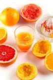 Vers gedrukt citrusvruchtensap Sinaasappel en grapefruit stock foto