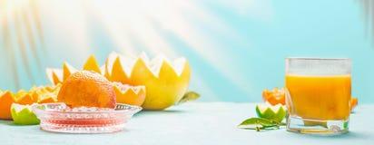 Vers gedrukt gemengd citrusvruchtensap op lijst bij zonnige dagachtergrond Verfrissende eigengemaakte ontbijtdranken vitamine stock afbeeldingen
