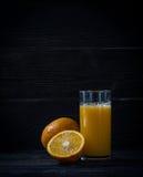Vers gedrukt jus d'orange in een glas stock foto