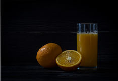 Vers gedrukt jus d'orange in een glas stock afbeelding