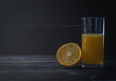 Vers gedrukt jus d'orange in een glas royalty-vrije stock foto's