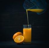 Vers gedrukt jus d'orange in een glas stock afbeeldingen