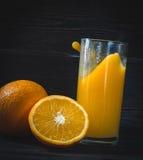 Vers gedrukt jus d'orange in een glas royalty-vrije stock foto