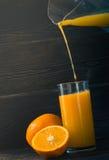 Vers gedrukt jus d'orange in een glas stock foto's