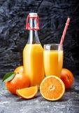 Vers gedrukt jus d'orange in glasfles stock afbeeldingen