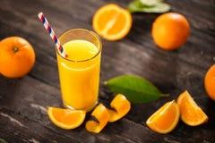 Vers gedrukt jus d'orange met halve sinaasappelen stock fotografie
