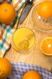 Vers gedrukt jus d'orange met ijsblokjes in een glas royalty-vrije stock afbeeldingen