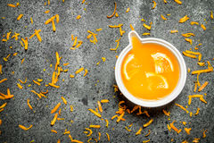 Vers gedrukt jus d'orange met stukken van fruit royalty-vrije stock fotografie