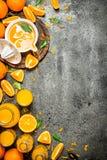 Vers gedrukt jus d'orange met stukken van fruit royalty-vrije stock afbeeldingen