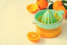 Vers gedrukt jus d'orange in turkoois juicer op witte achtergrond stock foto's