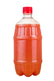 Vers gedrukt sap in een plastic fles Limonade op meeneem op een witte achtergrond Vers sap royalty-vrije stock afbeelding