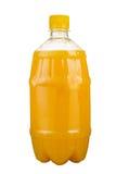 Vers gedrukt sap in een plastic fles Limonade op meeneem op een witte achtergrond Vers sap stock fotografie