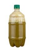 Vers gedrukt sap in een plastic fles Limonade op meeneem op een witte achtergrond Vers sap royalty-vrije stock foto