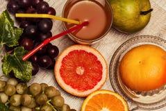 Vers gedrukt sap van natuurlijke vruchten stock foto