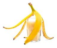 Vers gedrukt sap van tropische en rijpe banaan, die op een witte achtergrond wordt geïsoleerd Het glashoogtepunt van banaandrank royalty-vrije stock afbeeldingen