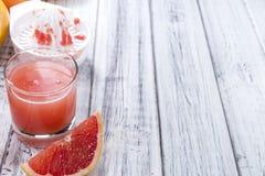 Vers gedrukte grapefruit juice royalty-vrije stock foto's