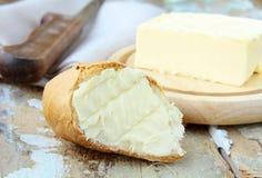 Vers geel boter en vers brood stock afbeeldingen
