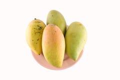 Vers geel die mangofruit in schotel op witte achtergrond wordt geïsoleerd Stock Foto's