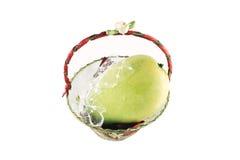 Vers geel mangofruit in kleine die giftmanden op wit worden geïsoleerd Stock Afbeeldingen