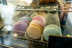 Vers gekleurd makaronsclose-up, verkoop in de showcase van de koffiewinkel stock foto's
