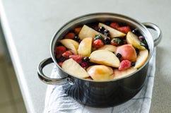Vers gekookt traditioneel Oekraïens en poetsmiddel kompot met aardbeien, bosbessen en braambessen Stock Foto