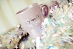 Vers gemaakt coffe in een roze kop Mooie samenstelling royalty-vrije stock foto's
