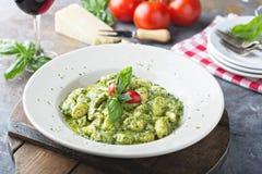 Vers gemaakte gnocchi met pestosaus royalty-vrije stock foto