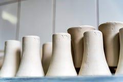 Vers gemaakte kleivazen in aardewerkworkshop Royalty-vrije Stock Afbeelding