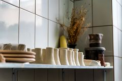 Vers gemaakte kleivazen in aardewerkworkshop Stock Foto's