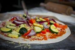 Vers gemaakte pizza Royalty-vrije Stock Foto's