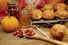 Vers gemaakte pompoen en bessenmuffins Royalty-vrije Stock Foto