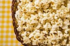 Vers gemaakte popcorn op een lijst Pipoca Royalty-vrije Stock Fotografie