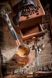 Vers gemalen koffie, oude molen en pot gekookte koffie stock afbeelding