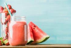 Vers gemengd rood fruit smoothie in glaskruik met stro Royalty-vrije Stock Foto