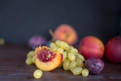vers geoogste druiven, pruimen, perziken, nectarines stock fotografie