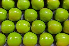 Vers geplukte Gouden - heerlijke appelen in een bak tijdens oogstseizoen stock foto