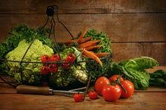 Vers geplukte groenten in mand op lijst Royalty-vrije Stock Foto