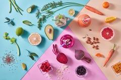 Vers geplukte natuurlijke oranje, groene en rode groenten, vruchten, bessen op tricolordocument achtergrond Concept van royalty-vrije stock afbeelding