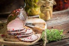 Vers gerookte ham in een landelijke voorraadkast Royalty-vrije Stock Afbeeldingen