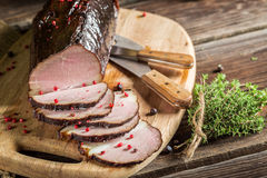 Vers gerookte ham in een landelijke voorraadkast Stock Fotografie