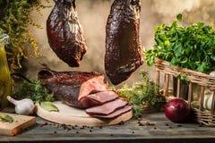 Vers gerookte ham in eigengemaakt rookhok Royalty-vrije Stock Foto's