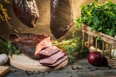 Vers gerookte ham in rookhok royalty-vrije stock afbeelding