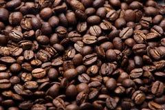 Vers geroosterde koffiebonen, textuurachtergrond met ondiepe diepte van gebied Stock Afbeelding