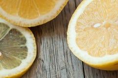 Vers gesneden organische citroenen klaar om limonade te maken Stock Foto