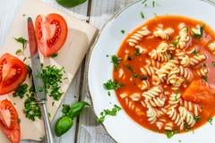 Vers gesneden tomaten en tomatensoep stock fotografie