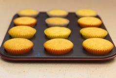 Vers gesteund cupcakes op een steunend dienblad Royalty-vrije Stock Afbeeldingen