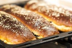 Vers gesteund huis gemaakt tot pastei die met sesamzaden op een bakin wordt behandeld Royalty-vrije Stock Afbeelding